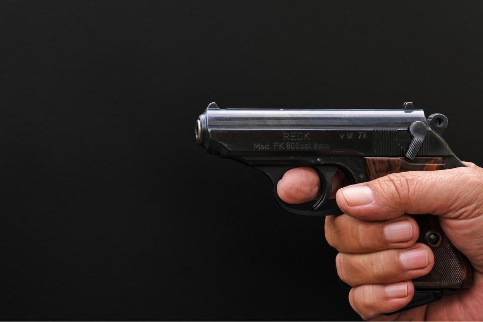 L'individu a menacé l'employé avec une arme de poing - illustration