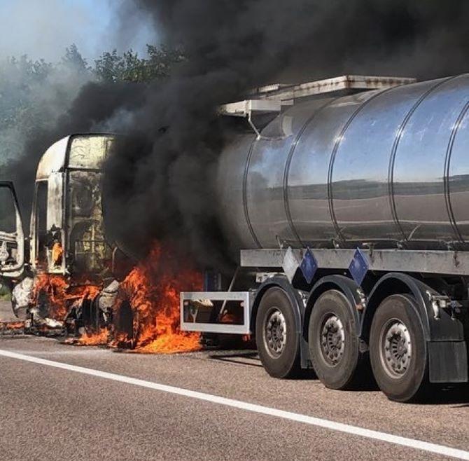 L'incendie s'est déclaré au niveau de la cabine du tracteur - Photo © Sdis76