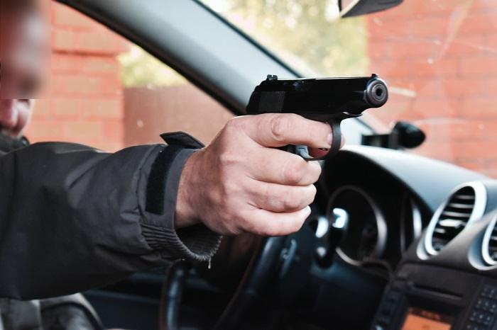 Les occupants d'une voiture ont tiré à plusieurs reprises  en direction d'un fourgon - Illustration © Adobe Stock