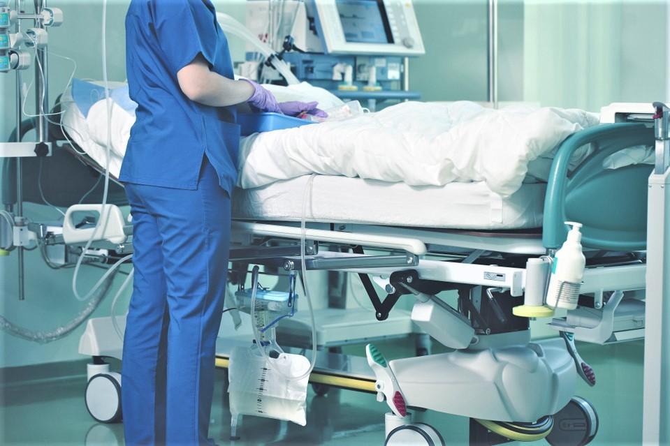 En Normandie, dans tous les départements les hospitalisations conventionnelles ainsi que les réanimations diminuent (1 entrée par jour en moyenne en réanimation et soins critiques) - Illustration © Adobe