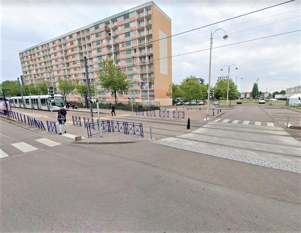 Le drame s'est déroulé mardi soir à cette intersection entre la rue des Alpes et le Périphérique Henri-Wallon. L'enfant traversait la chaussée sur un passage protégé quand il a été percuté violemment par une voiture qui a pris la fuite - Illustration © Google Maps