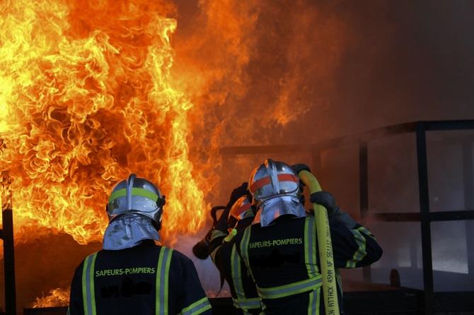 Le bâtiment agricole a été entièrement ravagé par le feu - Illustration © Adobe