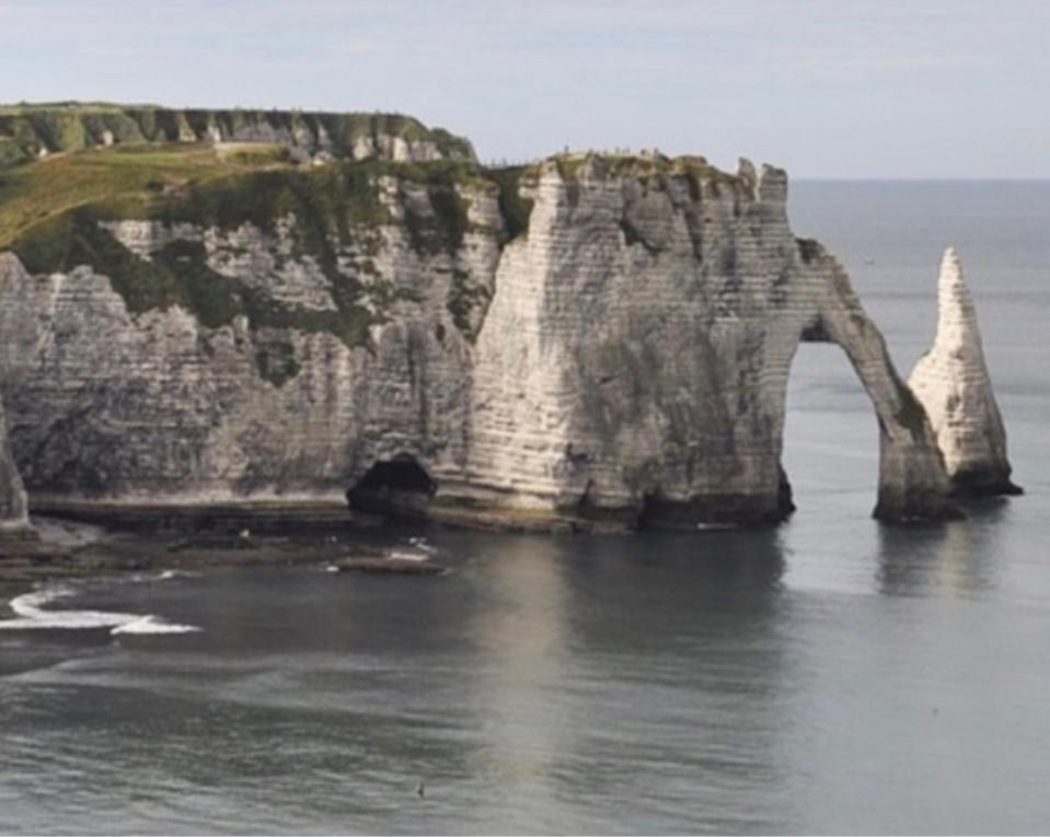 La touriste a été surprise par la montée de la mer - Illustration