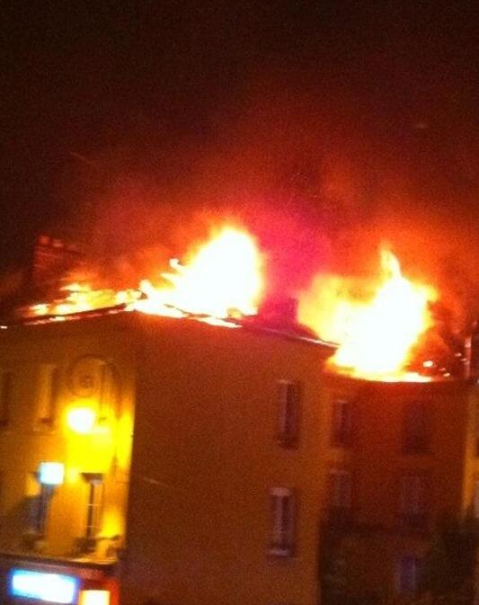 La toiture et les combles de l'immeuble ont été complètement détruits par les flammes (Photo prise par @I_Antoinee)