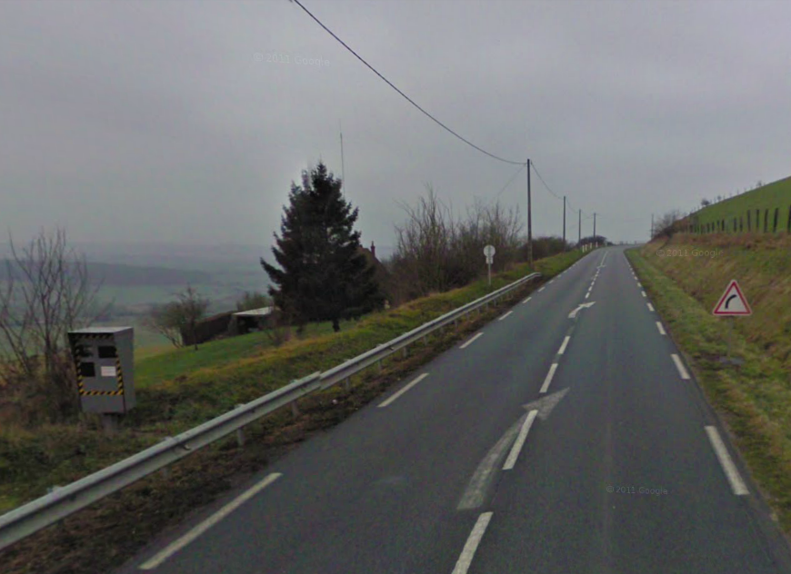 Le radar de Saint Martin l'Hortier flashe les véhicules par l'arrière. Il est implanté dans une descente à un endroit très sinueux où la vitesse est limitée à 90 km/h (@Google Maps)