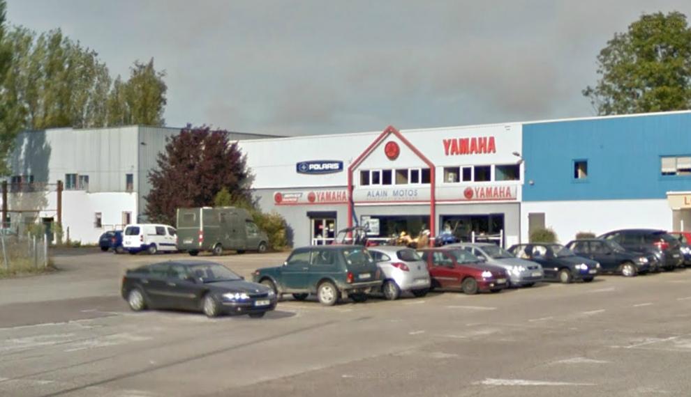 La magasin est situé en bordure de la route de Rouen tout près de Bernay (@Google Maps)