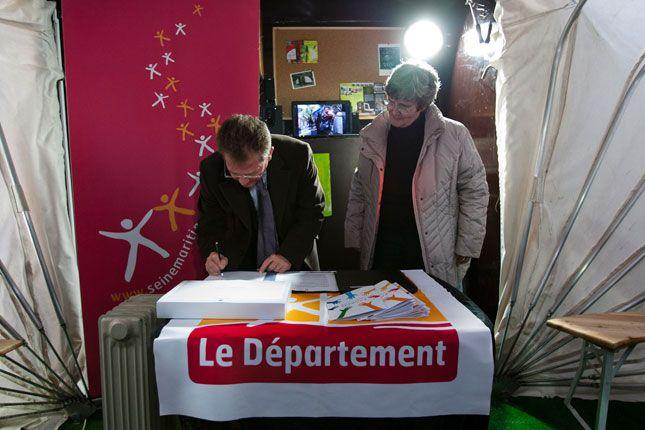 Lors de la signature de la convention de partenariat entre le Département de Seine-Maritime et SCOP 276 en présence de Didier Marie, Président du Département de Seine-Maritime, Françoise Jollit et Lydie Mendès, cogérantes de SCOP 276 (Photo Alan Aubry)