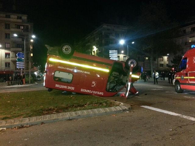 L'ambulance des pompiers s'est immobilisée sur le toit après avoir percuté le bus articulé (Photo extraite du site http://www.gscf.fr/)