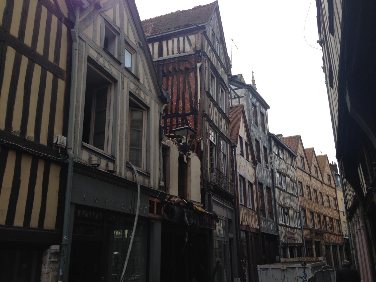 Un immeuble du centre historique de Rouen soufflé par une explosion ?