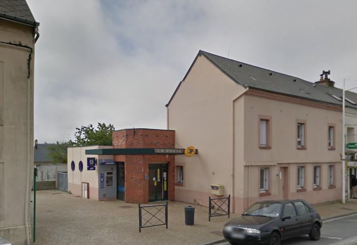 Le bureau de poste de Gainneville est en retrait par rapport à la rue de la Libération (@Google Maps)