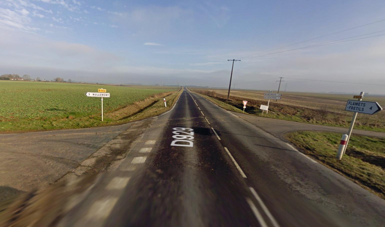 Le tracteur attelé d'une remorque arrivait du CD102 (à gauche) et traversait la D929 pour rejoindre le C5 en direction de Ronchois (à droite) lorsque l'ensemble agricole a été percuté de plein fouet sur le côté droit par la première moto puis par la deuxième (@Google Maps)