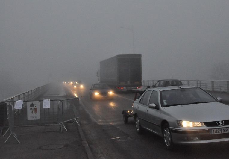 Mardi après-midi, le viaduc a été rendu aux automobilistes et camions, mais pas aux piétons qui avaient interdiction de traverser l'ouvrage (Photo @Infonormandie)