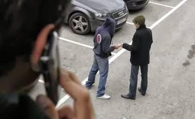 Pendant des mois, des gendarmes en civil ont observé et photographié discrètement les trafiquants au cours de leurs transactions au pied des immeubles (Photo d'illustration)