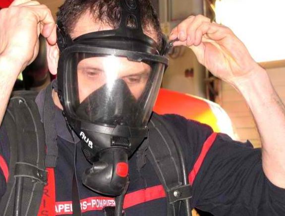 Equipés de leur masque à oxygène (photo d'illustration), les pompiers ont pu pénétrer dans la chambre en feu