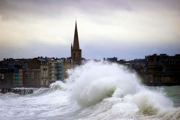 """La façade Atlantique et celle de la Manche sont concernées par l'alerte """"orange"""". Outre les risques de submersion, les vents devraient souffler jusqu'à 130 km/h sur le littoral normand (Photo d'illustration/DR)"""