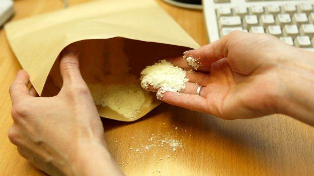 Selon les analyses, les enveloppes contenaient de la poudre de ciment et des cendres (Photo d'illustration)