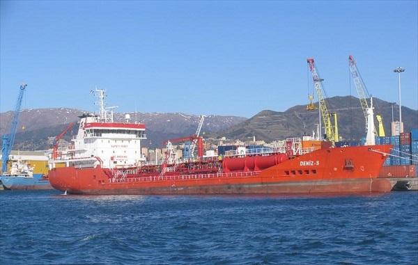 Le chimiquier Deniz-s mesure 105,50 mètres de long. Il transporte de la matière liquide.