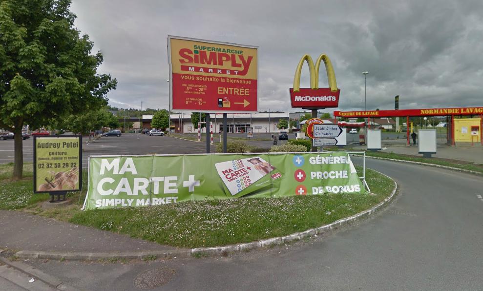 Le magasin de chaussure est installé dans le centre commercial  de Simply Market, en bordure de l'avenue Jean-Jaurès