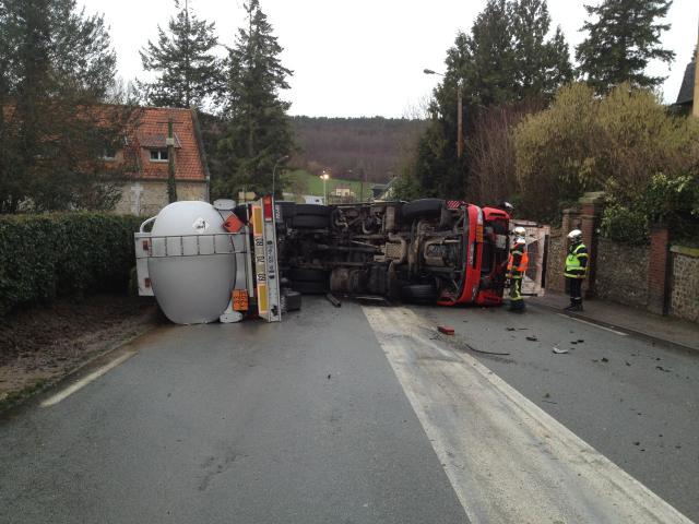 Le camion citerne s'est couché sur la largeur de la route à hauteur du Bec Hellouin (Photo DR)