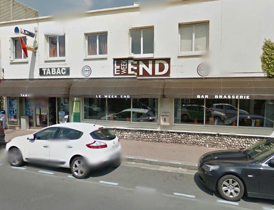 Le tabac-brasserie est situé pas très loin du front de mer (@Google Maps)