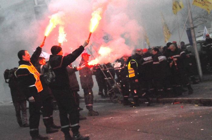 Pétards, tambour, fumigènes, mégaphones... Les pompiers ont fait beaucoup de bruit sous les fenêtres du Conseil général de l'Eure, à Evreux (Photo Infonormandie)