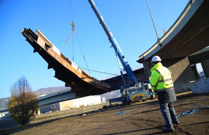 La travée du pont (800 tonnes) est déposée sur une barge géante afin d'être acheminée par la Seine jusqu'à Petit-Couronne (Photo © Alan Aubry/Département de Seine-Maritime)