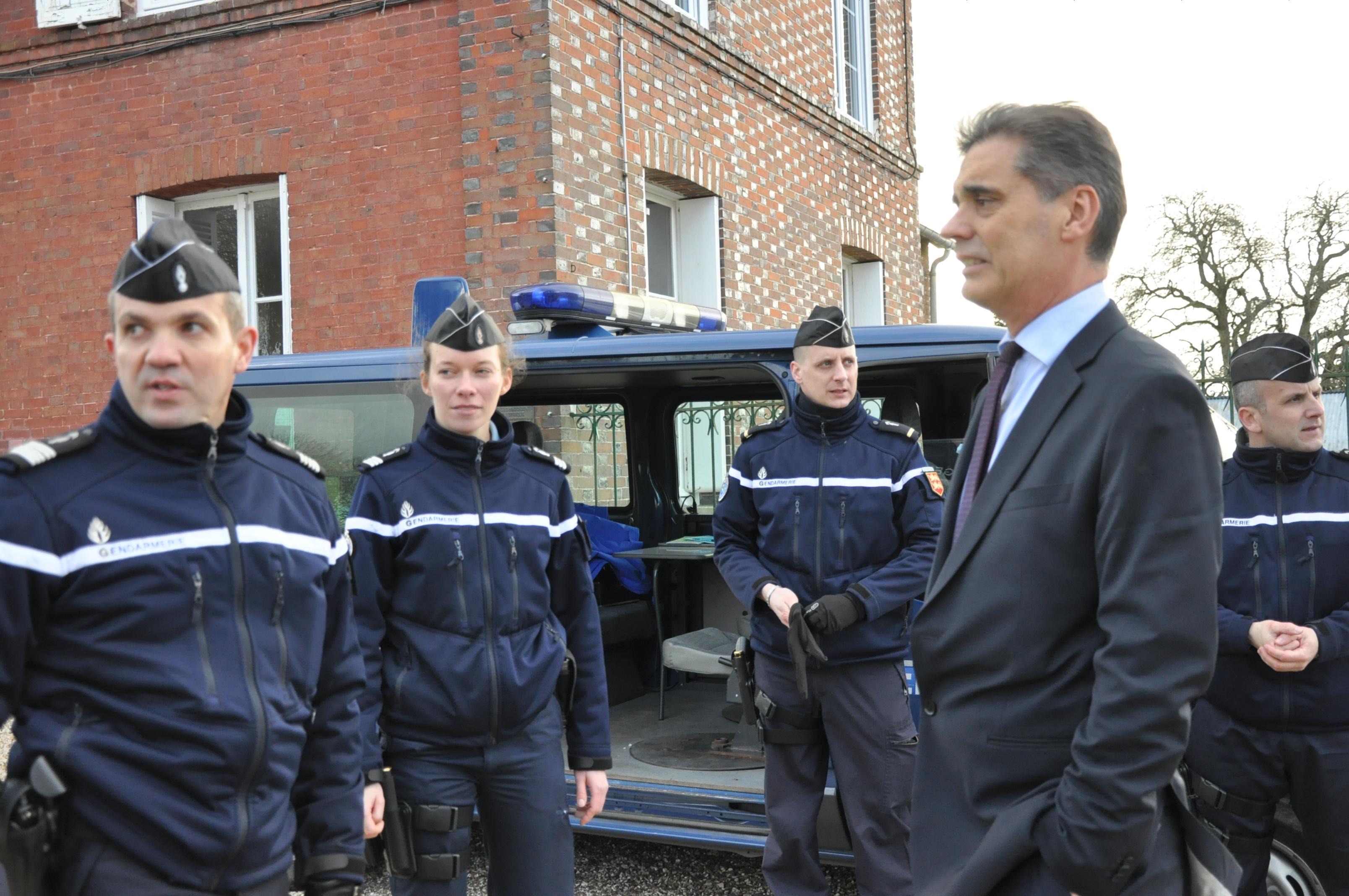 Le préfet Dominique Sorain a partricipé au débriefing avant le début de l'opération, au Tremblay-Omonville, avec le colonel Dubuis et la capitaine Laurence Delphinet (EDSR) @InfoNormandie.com