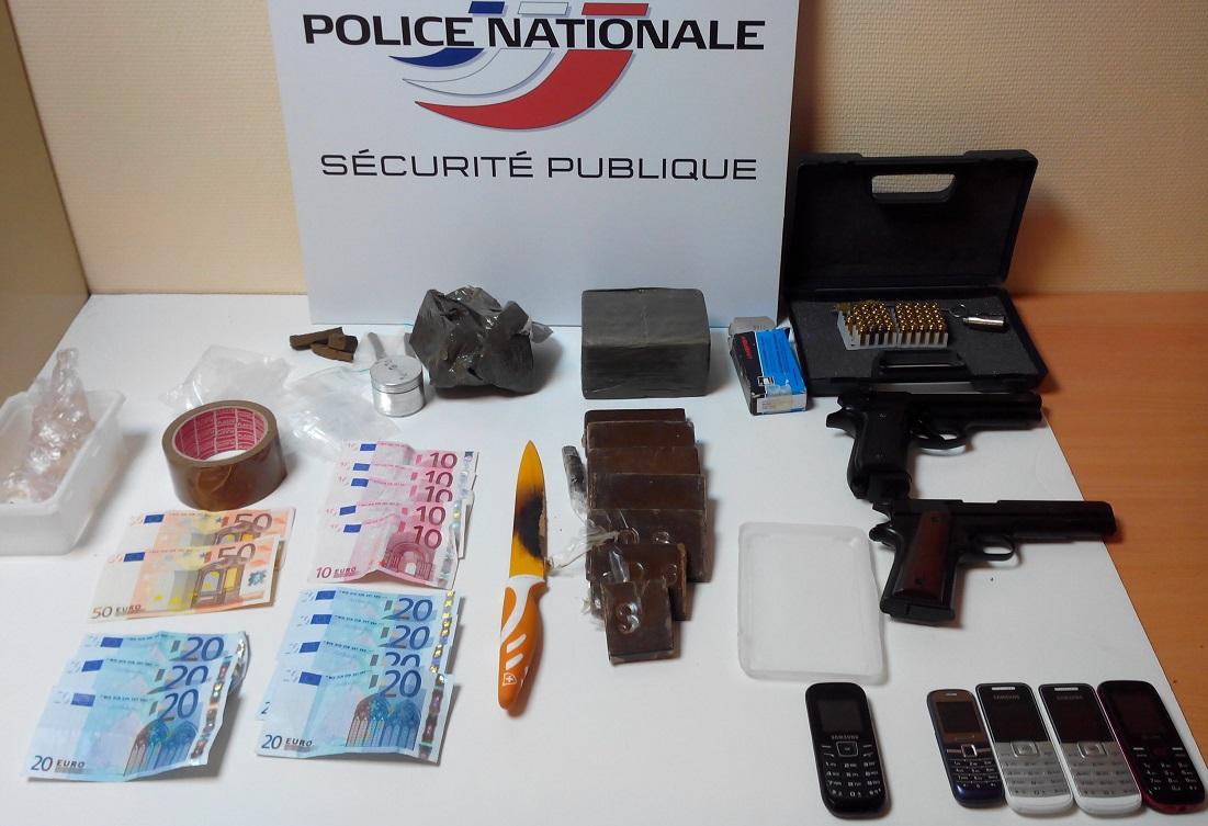 Résine de cannabis, armes, argent et téléphones portables ont été saisis lors de la perquisition au domicile du suspect dans la zone de sécurité prioritaire (ZSP) @ DR