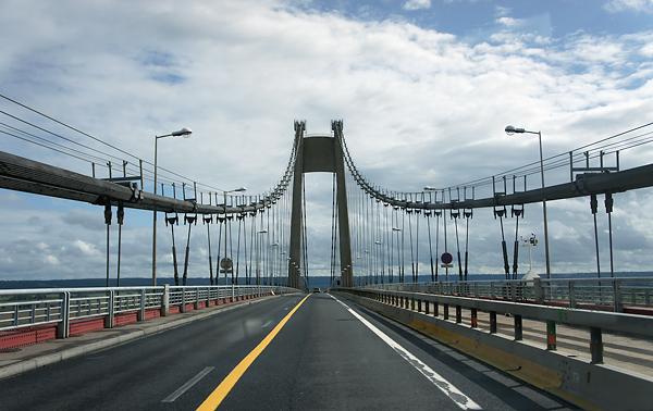 Les ouvriers travaillaient dans une nacelle sur la structure métallique du pont, à vingt-mètres de hauteur (Photo d'illustration)