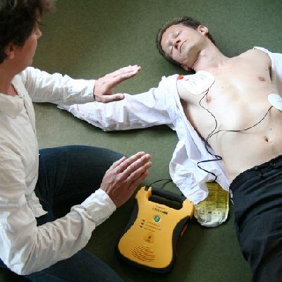 L'utilisation d'un défibrillateur et apprendre les gestes de la réanimation cardio-pulmonaire font partie de la formation proposée (Photo d'illustration/DR)