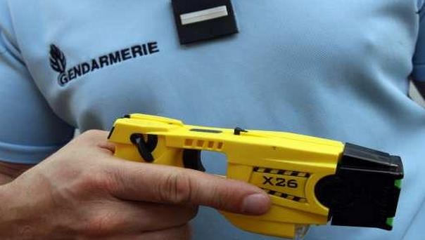 Le pistolet à impulsion électrique libère une onde de 2 milliampères pour 50 000 volts (Photo d'illustration)