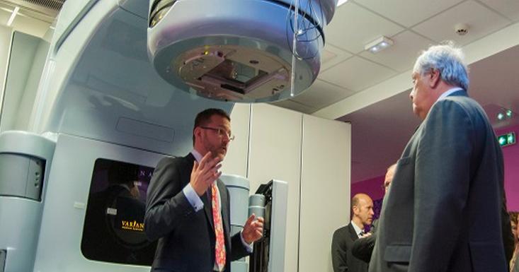 Jean Louis Destans (à droite) s'est réjoui de l'implantation de ce nouvel appareil dans son département (Photo : eure-en-ligne)