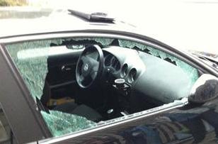 Les voleurs présumés utilisaient toujours le même mode opératoire : ils brisaient une vitre latérale pour pénétrer dans le véhicule (Photo d'illustration)