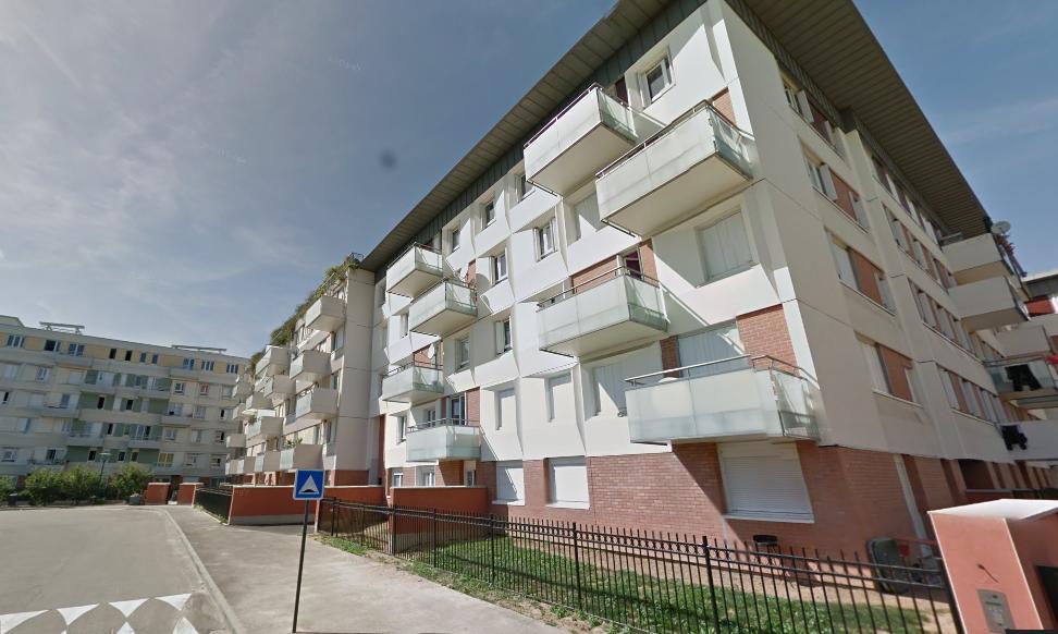 Le drame est survenu dans ces immeubles de la rue du Pas-des-Heures. La jeune femme s'est empalée sur la grille d'enceinte en chutant du 2ème étage