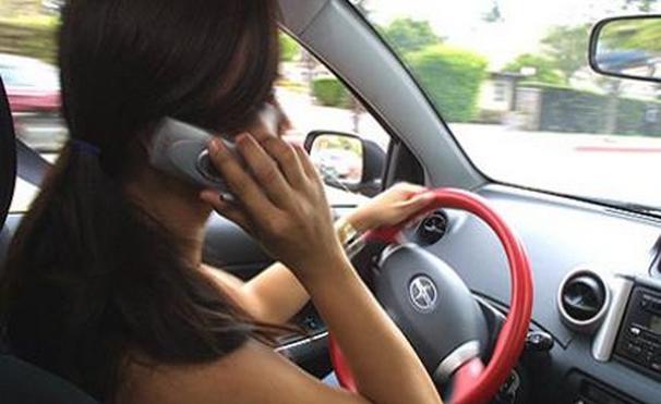 Téléphoner au volant, ça coûte 3 points et 90€ d'amende (photo d'illustration)