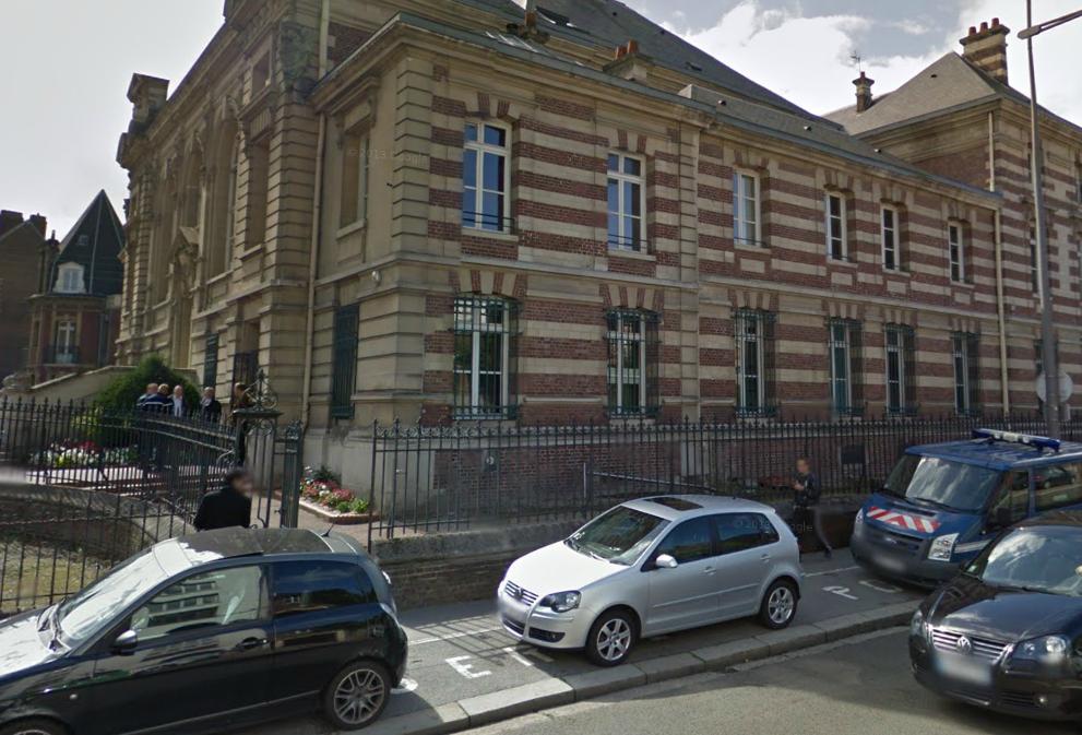 Nouvelle action symbolique des avocats et greffiers ce jeudi matin au palais de justice de Dirppe, rue Claude Groulard