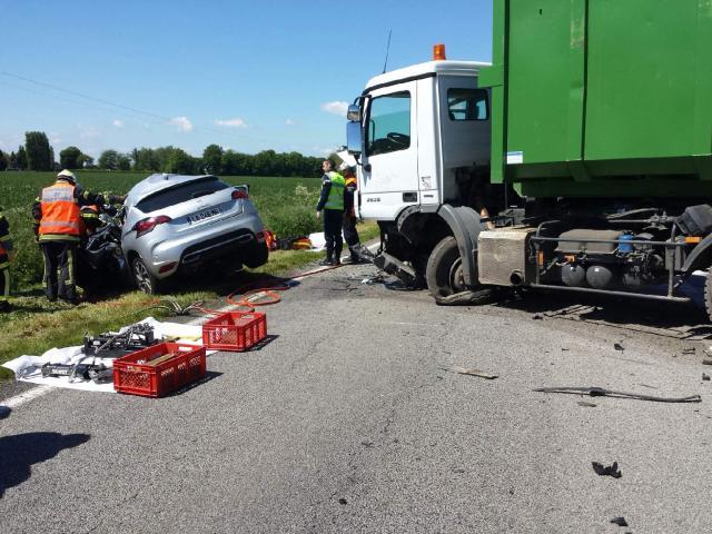 Les pompiers ont dû désincarcérer les occupants de la Citroën DS4  (@infonormandie)