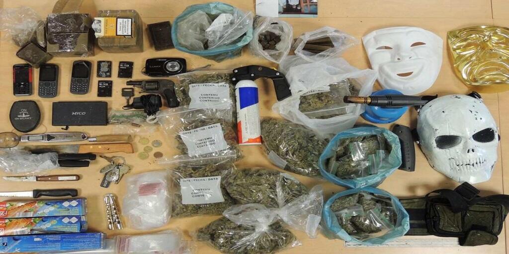 Cannabis, héroïne, armes, masques et divers autres objets ont été saisis lors des perquisitions (Photo : Direction générale de la Police nationale)