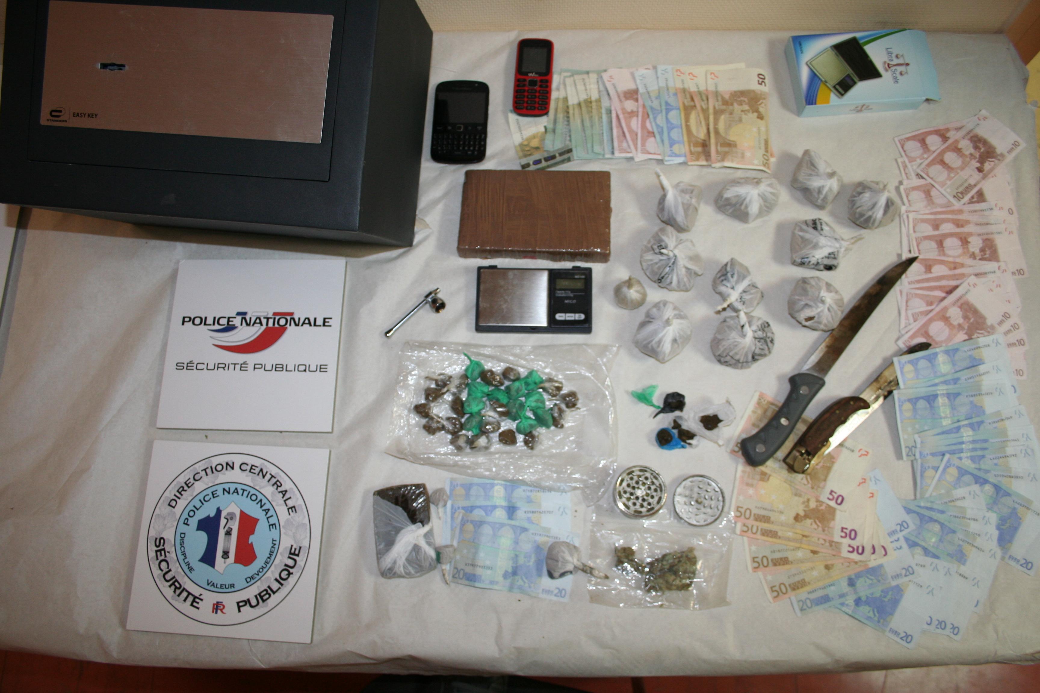 Dans le coffre (en haut à gauche) les policiers ont découvert 1 kg d'héroïne, 80 grammes de résine de cannabis et 1300€ en petites coupures (Photo DDSP)