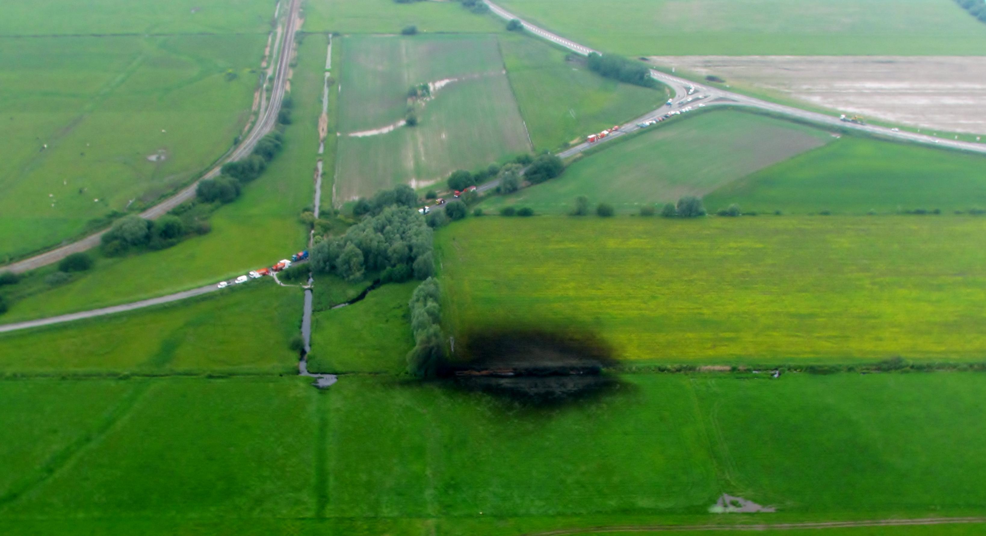 La fuite sur le pipeline a été constatée dans un champ. Un périmètre de sécurité de 300 mètres a été mis en place  et des moyens de pompage sont actuellement déployés (Photo DR)