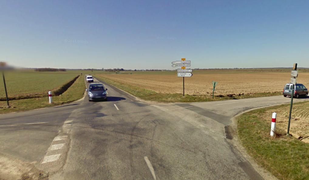 Le drame  s'est produit à ce carrefour. La 205 arrivait du bourg de Mandeville par la D60 où une balise de priorité est implantée à l'intersection avec la D81. La Clio, elle, circulait  en direction de Fouqueville (@Google Maps)
