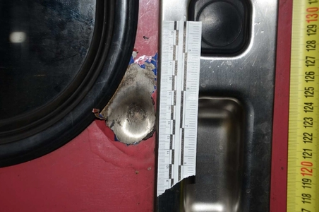 Le tir a touché une porte de la locomotive, sans faire de blessé (Photo Police nationale)
