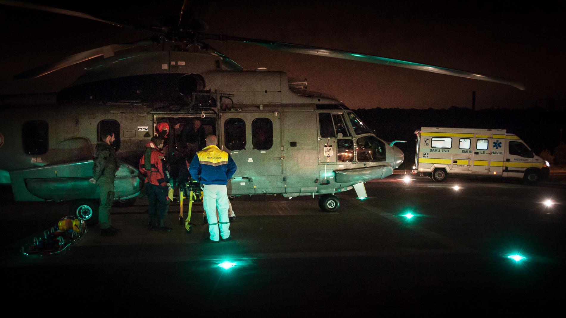 L'octogénaire a été pris en charge par l'hélicoptère de la Marine nationale pour être évacué au centre hospitalier du Havre où il est arrivé vers 2 heures ce matin (Photo Sébastien Richard)