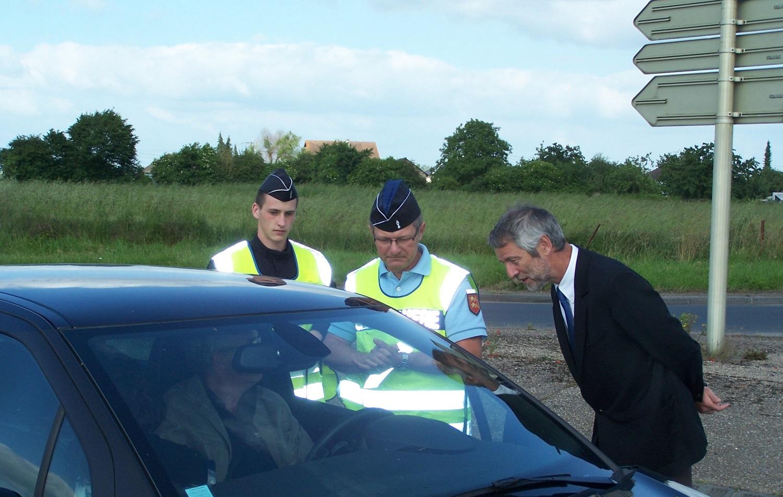 Le sous-préfet de Bernay, Thomas Berthe, a assisté au contrôle routier opéré ce dimanche à Bernay, en compagnie du lieutenant Jean-Pierre de Brauwer, adjoint au commandant de compagnie (Photo DR)
