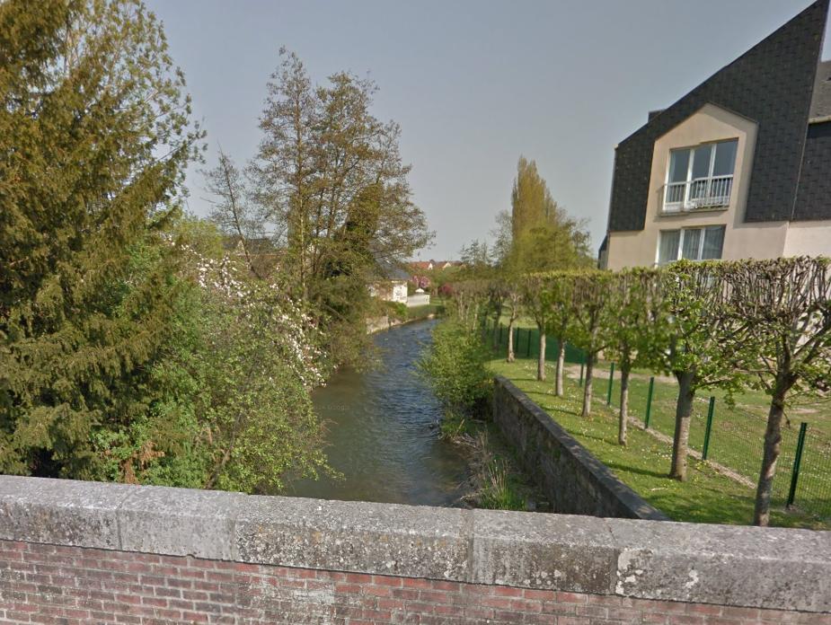 C'est dans l'Eaulne, une rivière qui traverse de part et d'autre la commune, que le corps de l'octogénaire a été retrouvé, dans un endroit difficile d'accès à pied (@Google Maps)