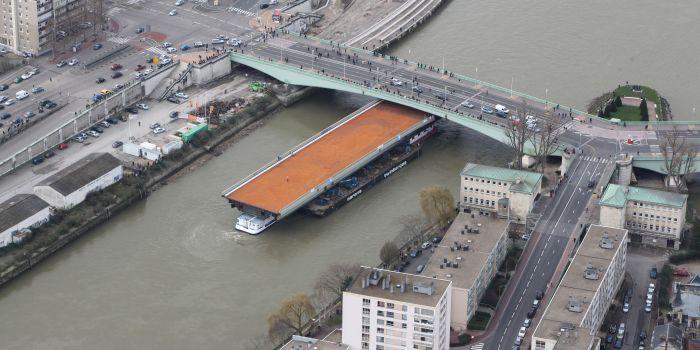 La travée réparée de 40 mètres de long a été réacheminée ce dimanche après-midi vers le pont Mathilde (Photo : seinemaritime.net)