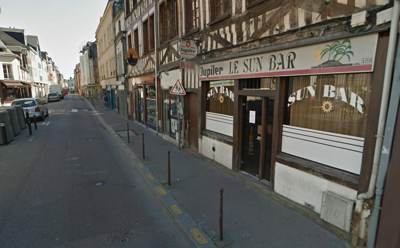 Sa 306 bloquée par des véhicules rue Saint-Hilaire, le fuyard n'a pas hésité à monter sur le trottoir entre les plots de sécurité et à emporter sur son passage les quelques tables et chaises installées en terrasse du Sun Bar