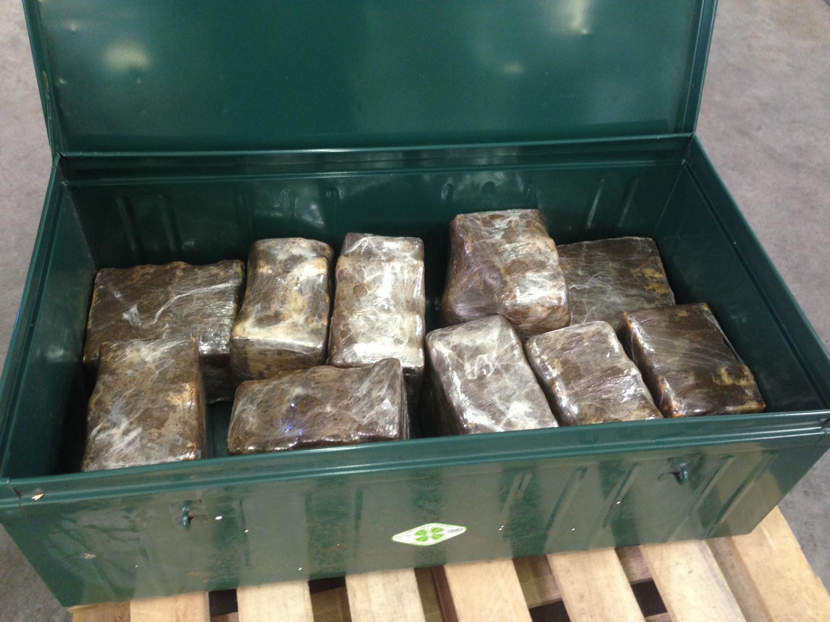 Les pains de cocaïne étaient dissimulés dans des malles métalliques elles-mêmes cachées dans une voiture (Photo Douane française)