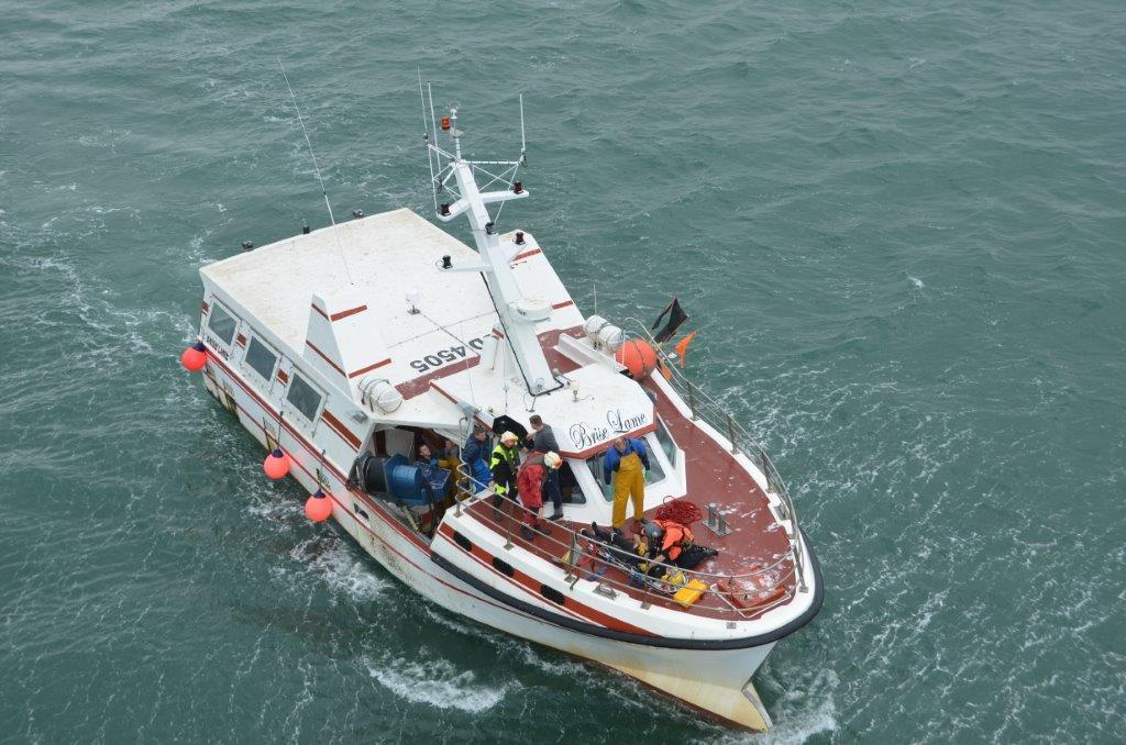 L'équipe médicale du SMUR de Boulogne a d'abord prodigué les premiers soins sur le chalutier avant d'hélitreuiller le marin (Photo Marine nationale)