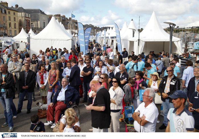Beaucoup de spectateurs à Dieppe lors de la remise des prix hier mardi aux concurrents de l'étape